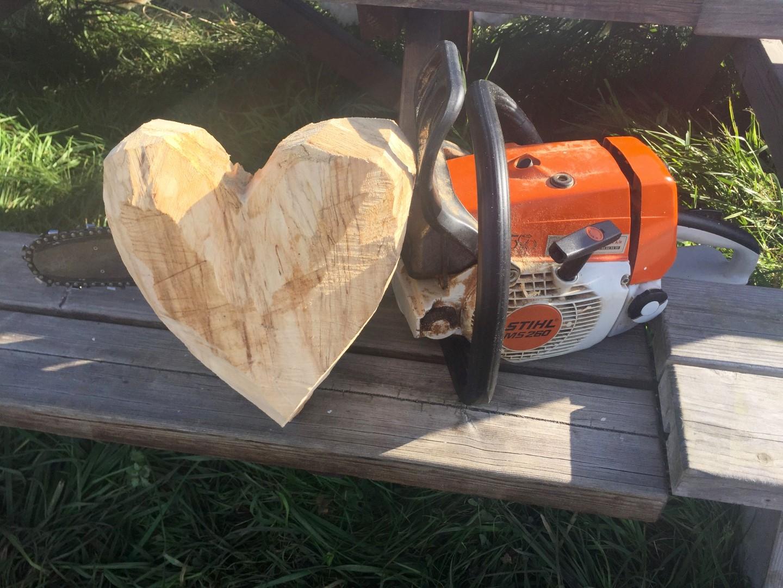 Træhjerter med motorsav